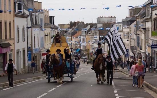 A caballo con la bandera bien alta